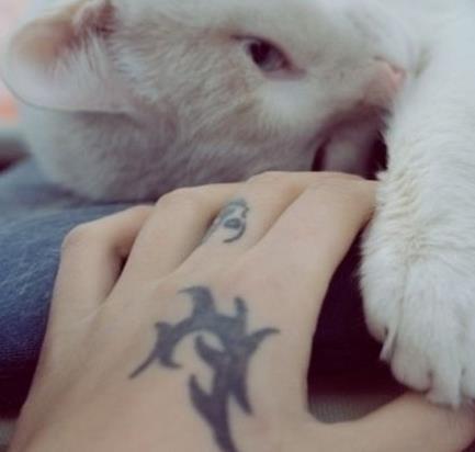 时尚女生手背纹身图片